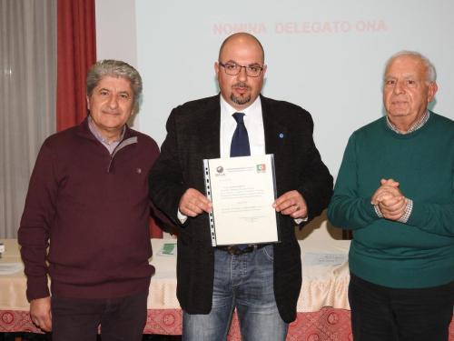 L'ing. Infusini consegna la nomina di delegato ONA al socio Sandro Frattalemi (Assemblea 22.02.2019)